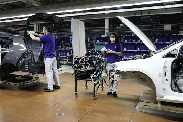 Volkswagen obnovuje výrobu ve svých závodech