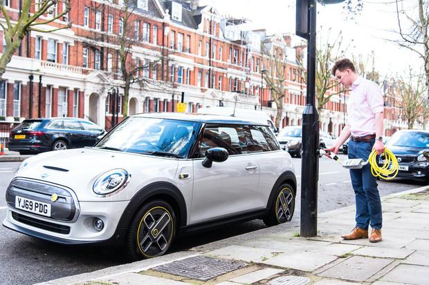 """Siemens v Británii představil první """"elektrickou ulici"""""""