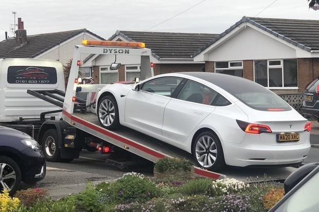 Tesle upadl za jízdy volant, byl to měsíc starý Model 3
