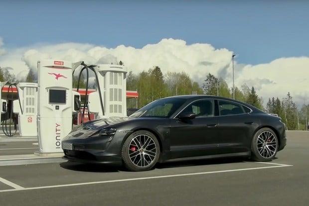 Známý youtuber vyzkoušel Taycan na nabíjecích stanicích. Jak Porsche dopadlo?