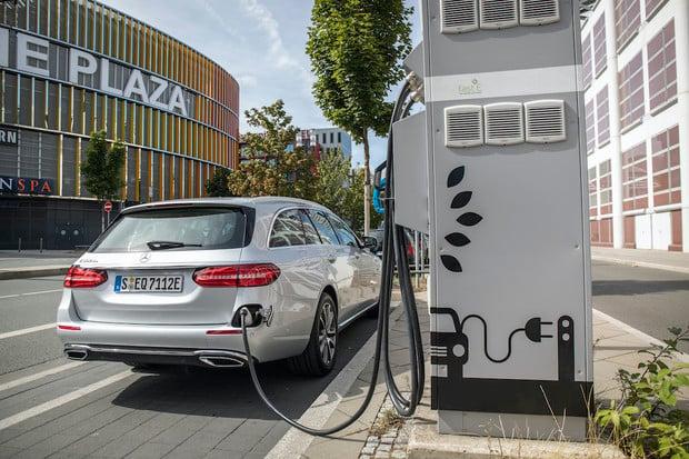 Plug-in hybrid Mercedes E 300 de má české ceny, jsou na úrovni dieselů