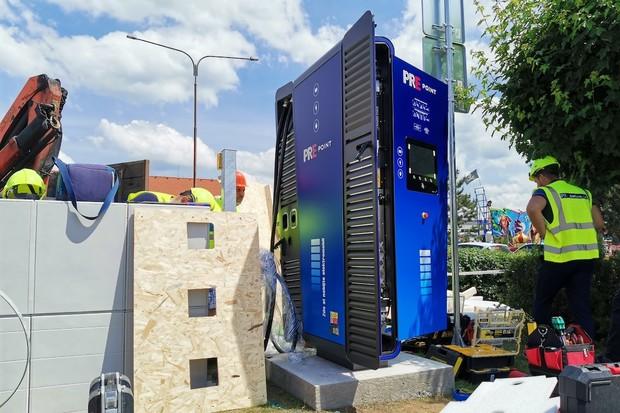 PRE boduje. V regionech staví 75kW rychlonabíječky, některé rozšíří na 150 kW