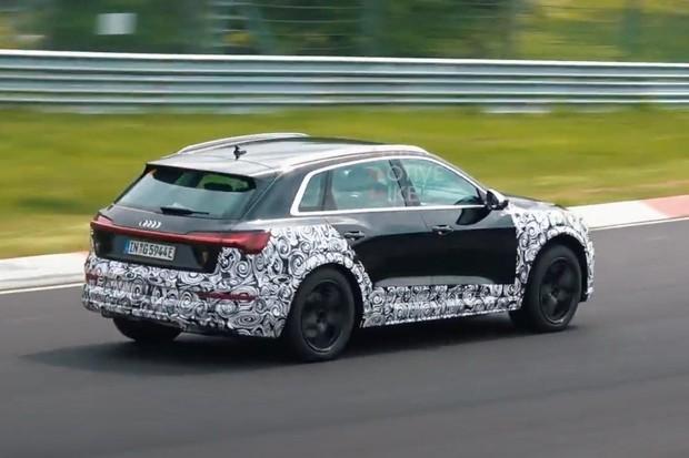 Zelené auto v zeleném pekle. Sportovní Audi e-tron S provětralo tři motory na okruhu