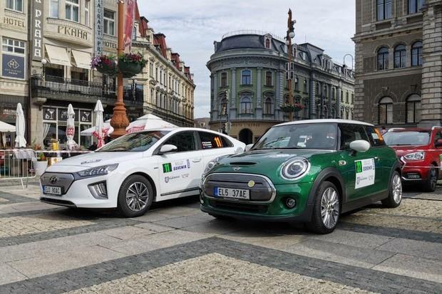 ECO energy Rally Bohemia 2020 odstartovala, posádky fDrive.cz v první desítce
