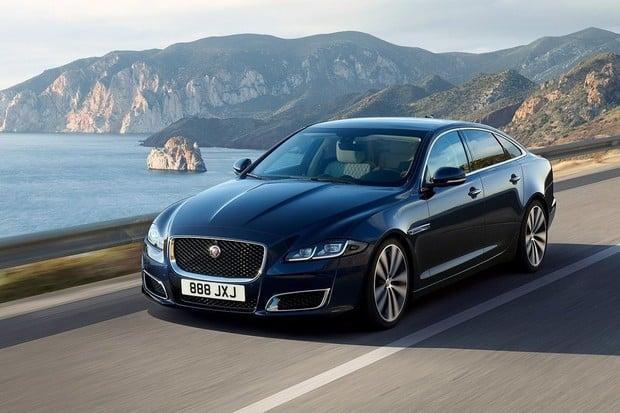 Jaguar učí svá auta jezdit šetrně. Chce předejít zvracení posádky