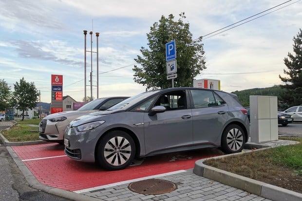 Potkali jsme Volkswagen ID.3 na nabíjecí stanici v Česku! Podaří se doladit software?