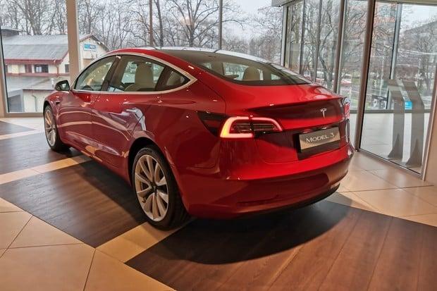 Tesla Model 3 dokázala nemožné. Z písku vysvobodila obří těžké SUV