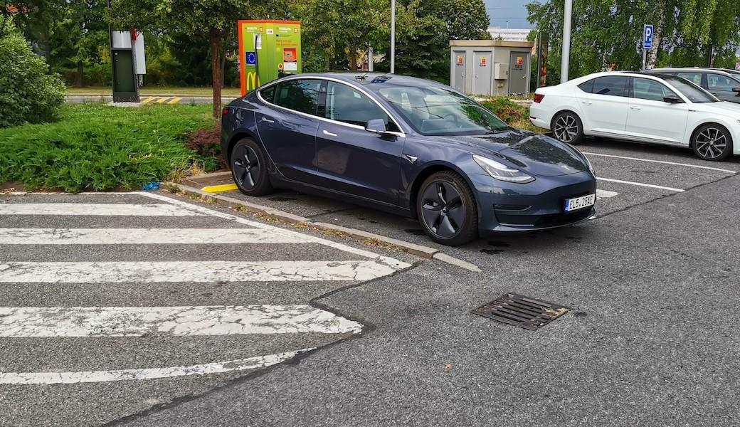 Jak úsporná je Tesla Model 3 Long Range na českých silnicích? Otestovali jsme to