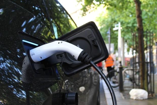 Evropská komise zpřísnila snížení emisí. Co to znamená pro auta?
