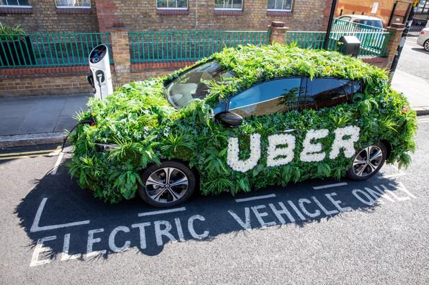 Uber se zavázal být do roku 2030 zcela elektromobilní, cestující si připlatí
