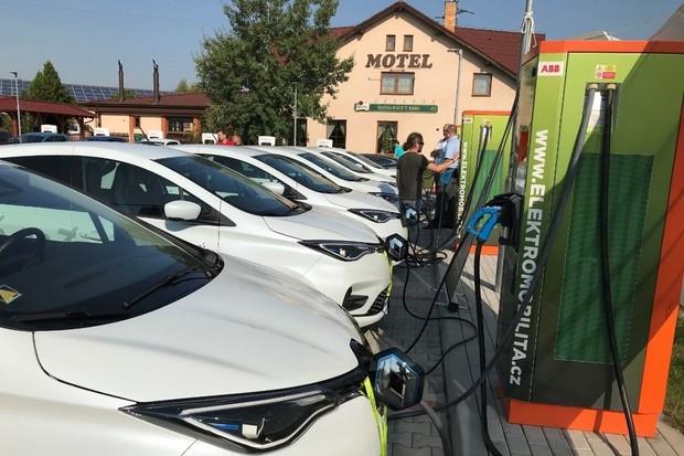 Bateriový systém s fotovoltaikou ustál enormní nápor 12 Renaultů ZOE