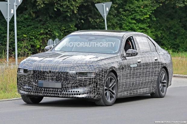 BMW testuje plně elektrickou i7. Na konkurenci si počká
