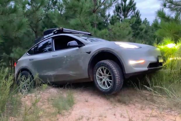 Tesla Model Y jako off-roadový speciál! Jak dopadla po projížďce terénem?