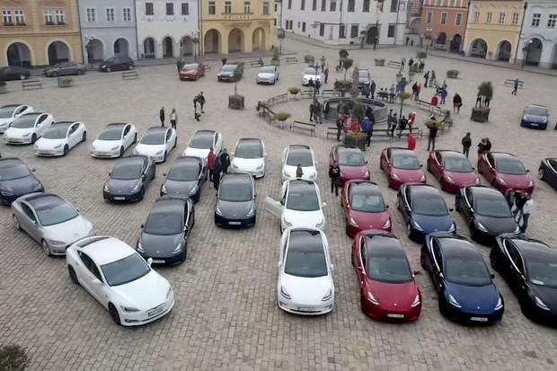 Tesly ovládly město rekordů – Pelhřimov. Sjelo se jich přes 40
