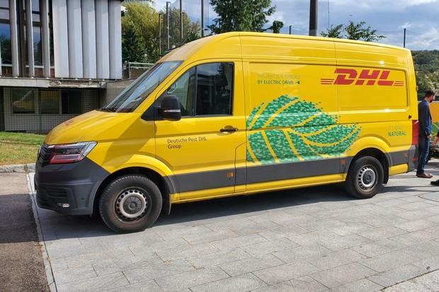 DHL v Praze a Brně rozváží elektromobily. Dojezd jim královsky stačí