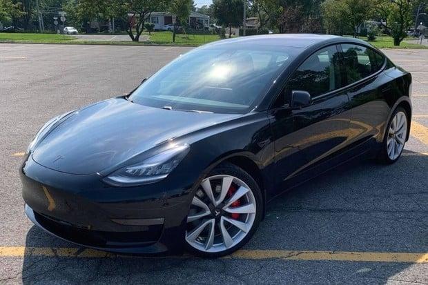 Tesla omladila Model 3. Nově dostal i vyhřívaný volant