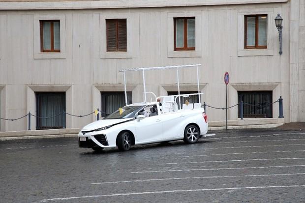 Papež František bude jezdit na vodík, dostal nový papamobil značky Toyota