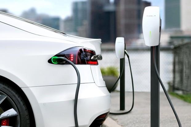 Tesla, Lucid, Rivian a dalších 25 firem prosazuje zákaz prodeje vozidel na benzín