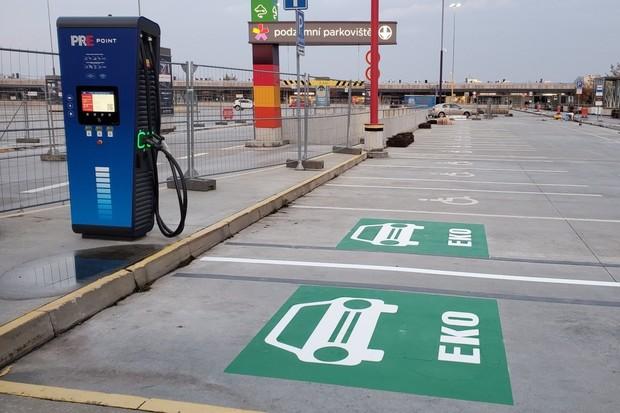 PRE staví rychlonabíjecí stanice po celém Česku. Známe další nová místa