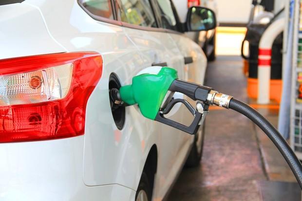 Britský premiér brzy oznámí zákaz prodeje spalovacích aut. Jaké jsou reakce?