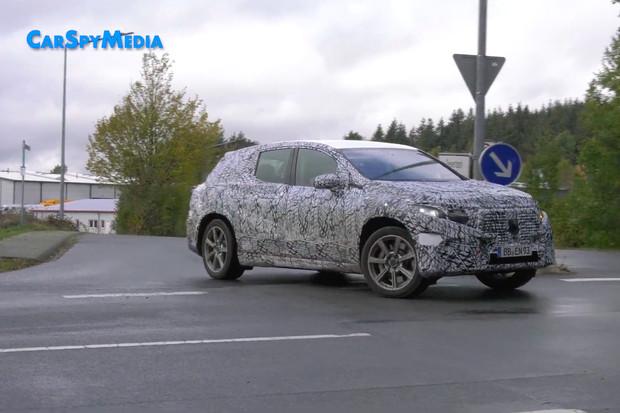 Podívejte se na zatáčecí zadní kola Mercedesu EQS SUV v akci