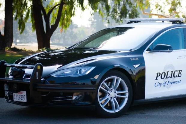 Tesla Model S se osvědčila jako policejní auto, měla nižší náklady na provoz