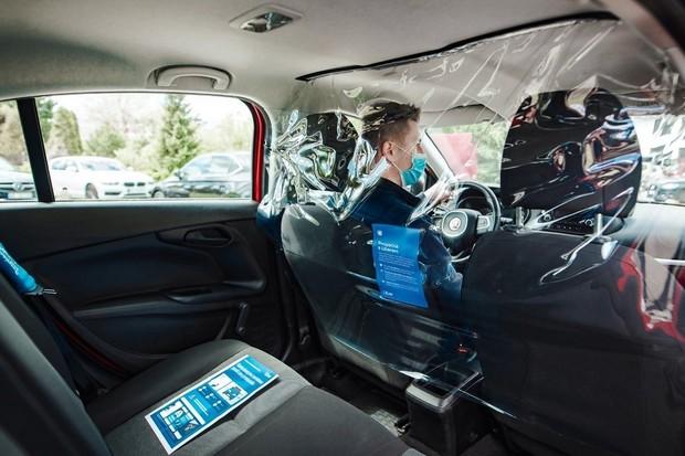 Uber věnuje volné jízdy Českému červenému kříži