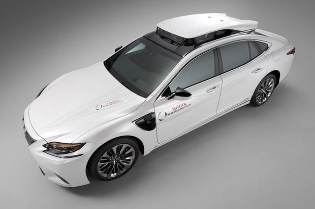 Toyota si patentovala vůz, který dobije auto rovnou na silnici, možná i za jízdy
