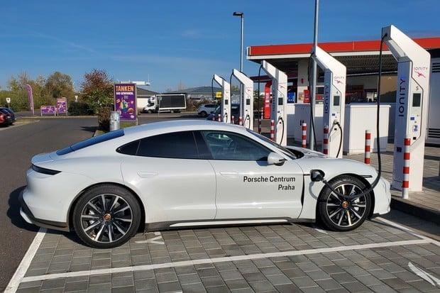 Elektrické Porsche Taycan na dálnici. Jaký má reálný dojezd?