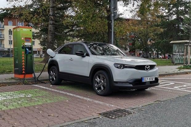 Prodej elektromobilů v Evropě prudce stoupá. V Americe jich je naopak nedostatek