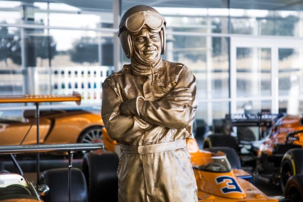 Z dodavatele baterií závodním týmem. McLaren potvrdil zájem o formuli E