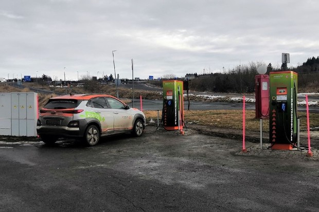 ČEZ otevírá nejvýše položenou rychlodobíjecí stanici pro elektromobily v ČR