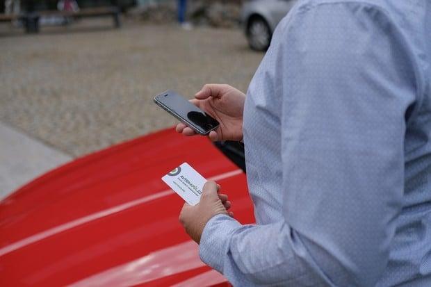 Jisté parkovací místo v Brně a elektromobily v nabídce oznamuje carsharing Autonapůl