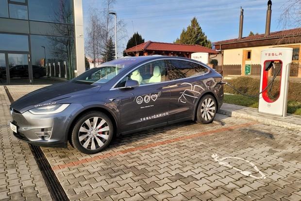 Další rekord dojezdu na Autopilota? Plně obsazená Tesla Model X krouží kolem Prahy