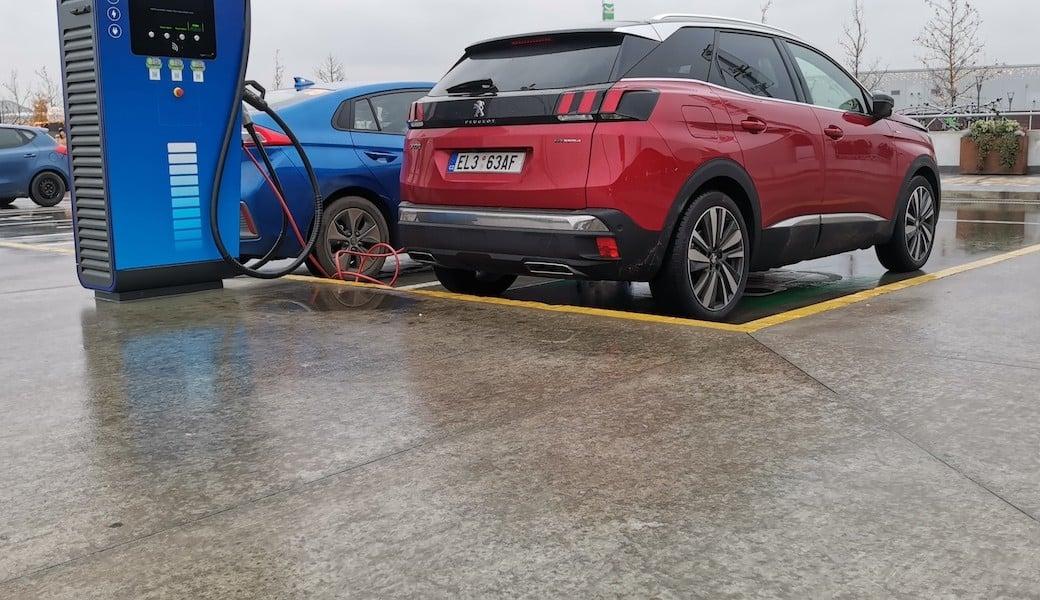 Reálná spotřeba benzínu a elektrický dojezd plug-in hybridu Peugeot 3008 Hybrid4