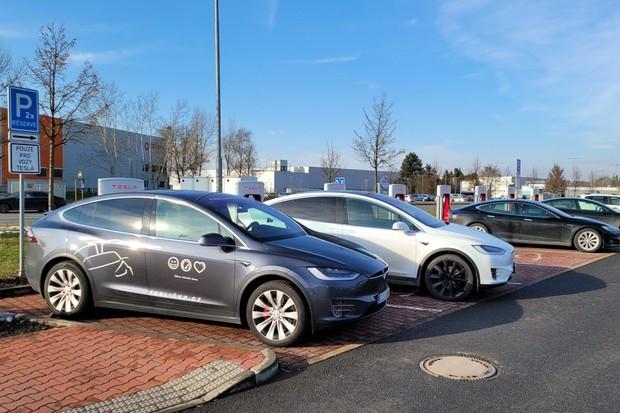 Ultravýkonná Tesla Model X Performance na Superchargeru. Jak rychle se nabíjí?