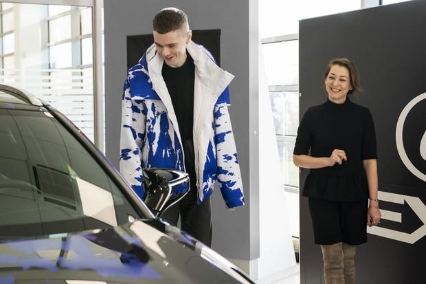 Návrhář Jan Černý teď jezdí hybridním Lexusem, který si sám navrhl