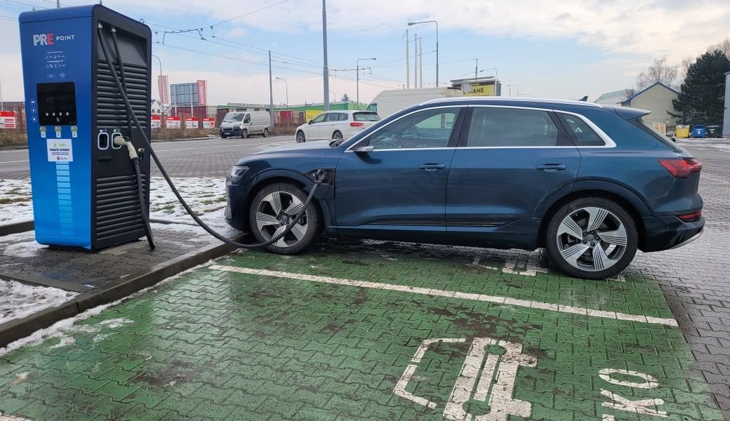 Zimní test dálničního dojezdu Audi e-tron v Česku. Jak daleko dojede?