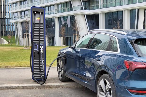 Praha má další ultrarychlou nabíječku. PRE ji spustilo na Pankráci