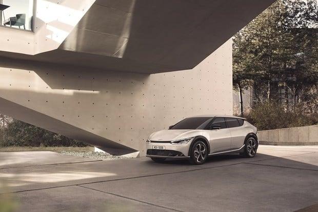 Kia ukázala první fotky elektromobilu EV6. Záď je výstřední