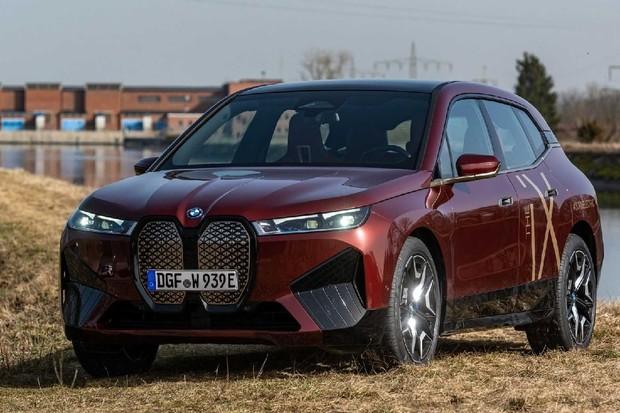 BMW iX na jedné z oficiálních fotek doslova odráží svou konkurenci