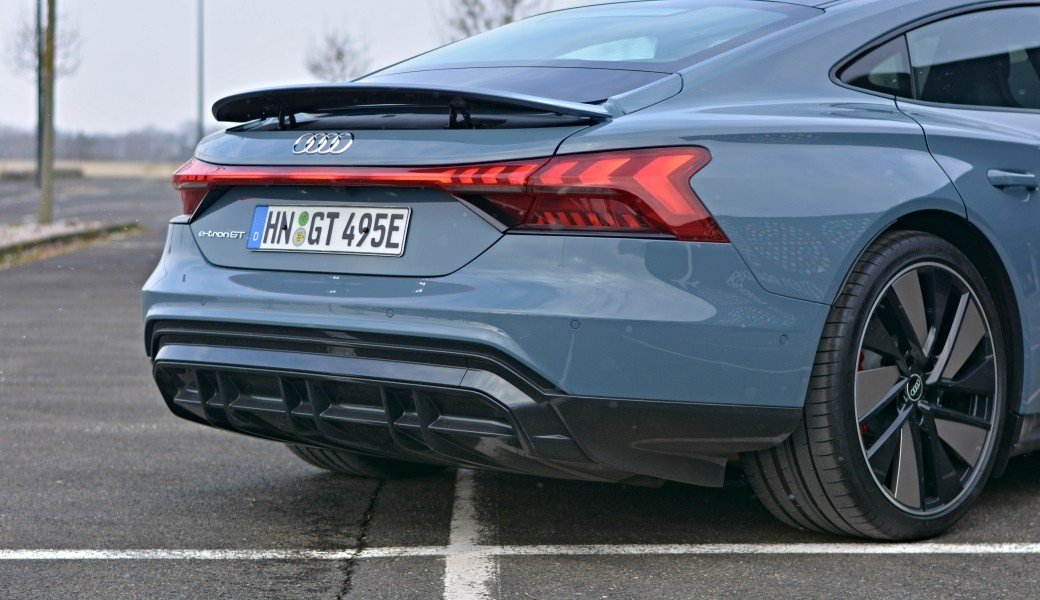 Rychlé je hodně. Ale jaký má Audi e-tron GT reálný dojezd na dálnici?