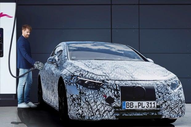 Mercedes EQS bude u nabíječek platit automaticky