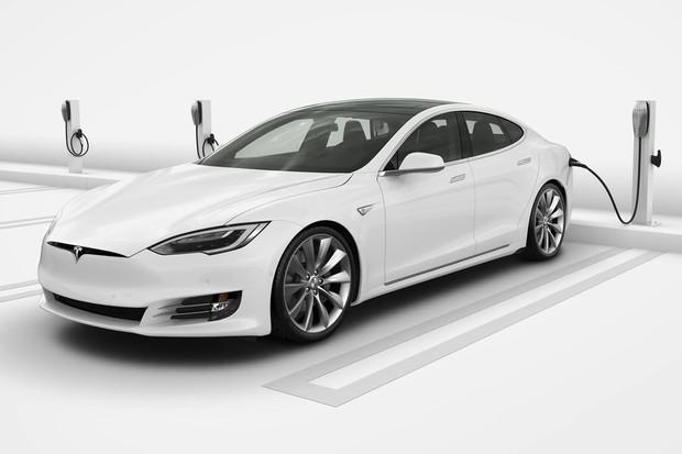 Tesla reaguje na samovolné vzplanutí svých vozů novou softwarovou aktualizací
