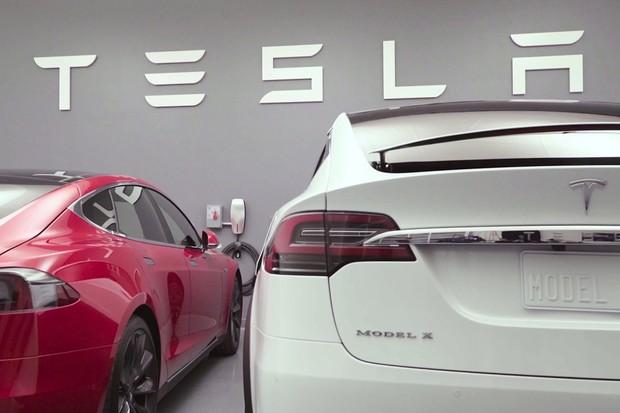 Tesla upgradem softwaru zvýšila výkon i schopnosti Autopilota. Chystá i nové motory