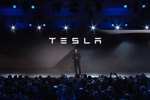 Čtvrtý a pátý stupeň autonomního řízení v Teslách je podle Elona Muska na dosah