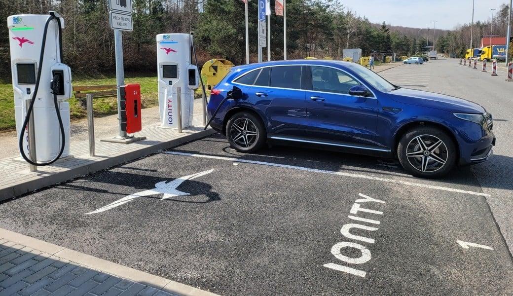Elektrický Mercedes-Benz EQC na dálnici. Jaký má skutečně reálný dojezd?
