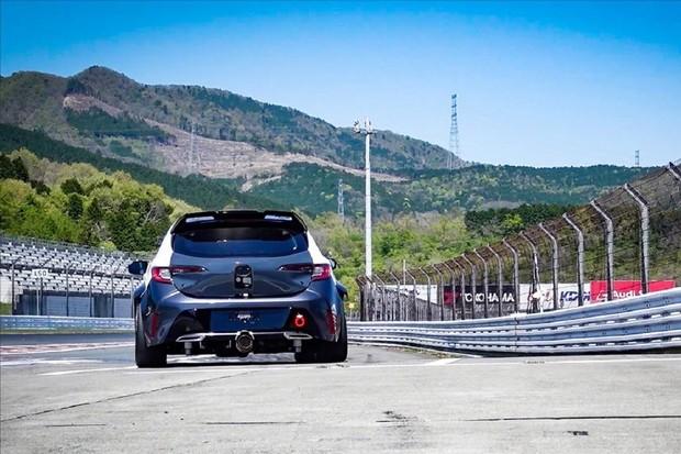 Toyota představila závodní speciál. Spaluje vodík a již brzy bude závodit