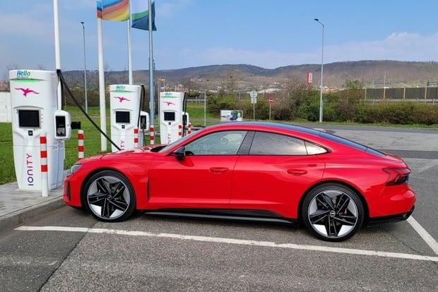 Ultrarychlé nabíjení Audi RS e-tron GT v praxi. Za pár minut je hotovo!
