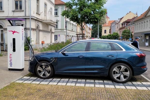 Test nabíjení Audi e-tron po 32 tisících kilometrech. Nabíjí stále tak rychle?